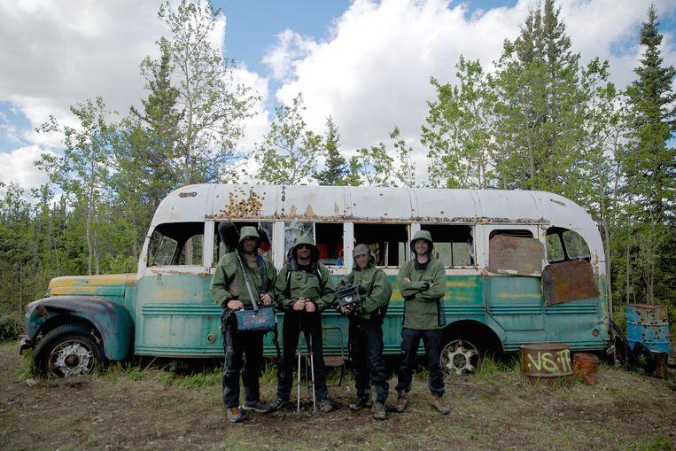Toeristen bij het busje waar Christopher McCandless woonde. Het boek en de film 'Into the Wild' waren gebaseerd op zijn leven. Beeld © VRT