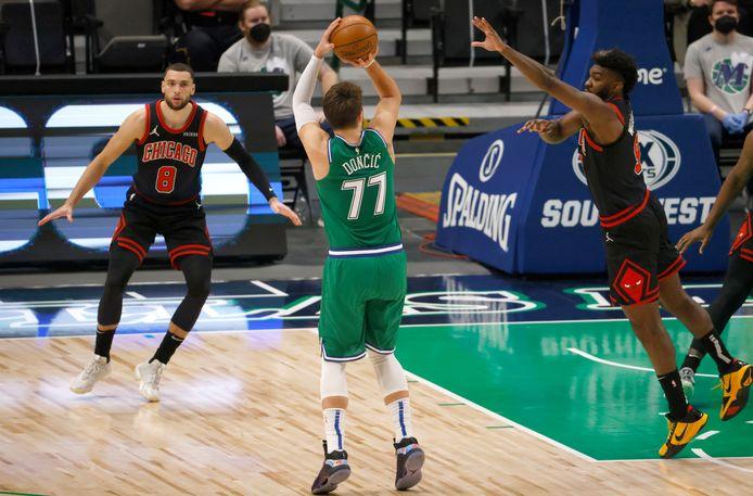 Luka Doncic in actie tegen de Chicago Bulls.