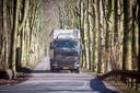 Vrachtverkeer door de Fonteinallee in Doorwerth.