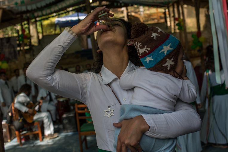 Binnen de Santo Daime-kerk geldt ayahuasca als geneesmiddel. 'Ze drinkt het al sinds ze in de buik van haar moeder zat'. Beeld FLAVIO FORNER