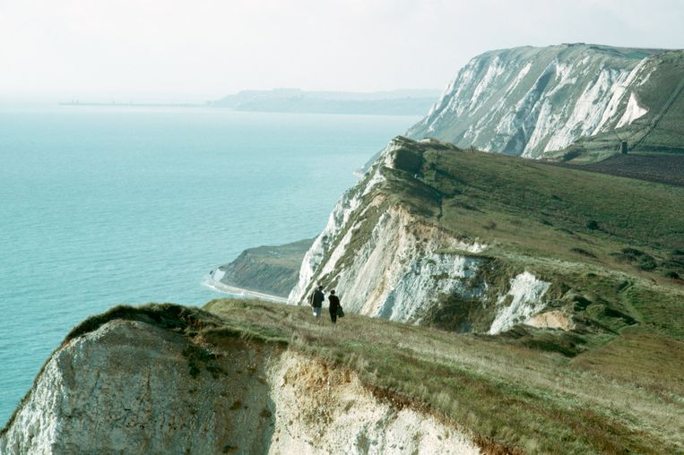 Couple Walking Along White Cliffs of Dover (Photo by Dean Conger/Corbis via Getty Images) Beeld Getty Images