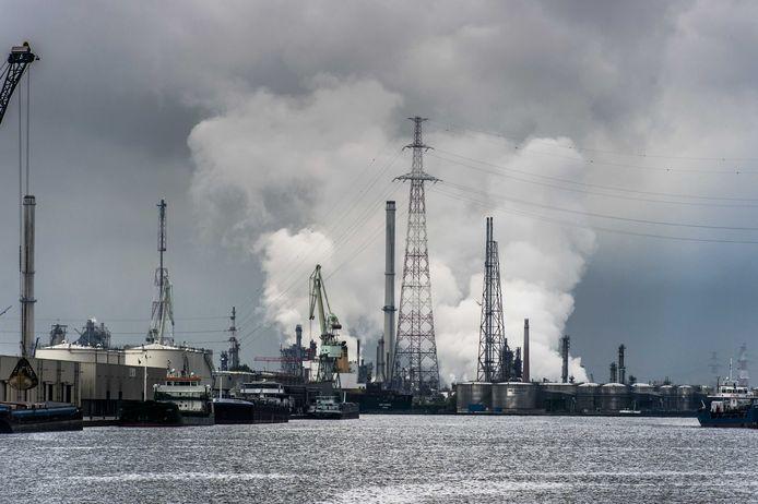 Zware petrochemie zorgt voor luchtvervuiling in de haven van Antwerpen.