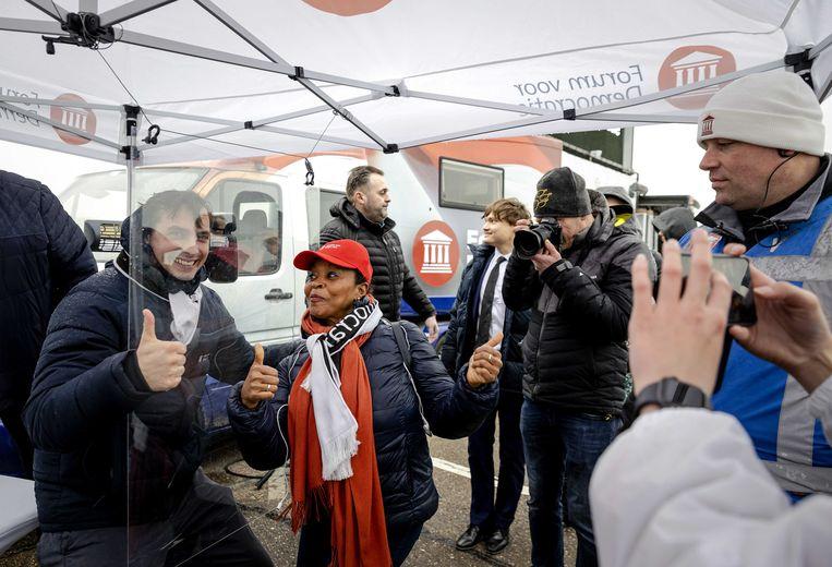 Thierry Baudet van Forum voor Democratie gaat achter een spatscherm op de foto tijdens een campagne in Katwijk.  Beeld ANP