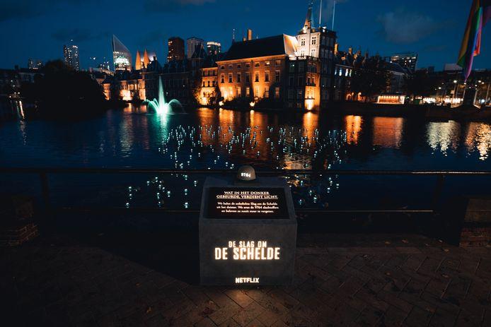 Lichtinstallatie in de Hofvijver in Den Haag ter ere van de slachtoffers van de Slag om de Schelde.