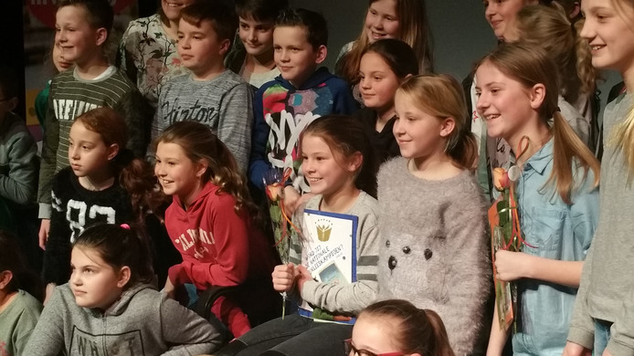 Voorleeskampioen Maud Houbraken tussen haar klasgenoten.