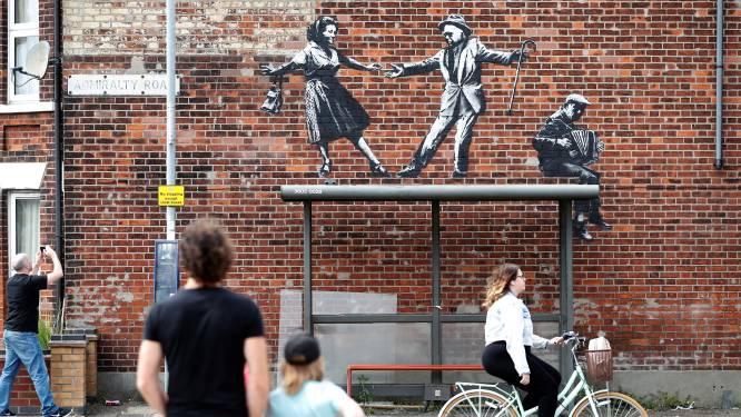 Banksy bevestigt met filmpje: hij zit achter mysterieuze reeks kunstwerken aan Britse kust