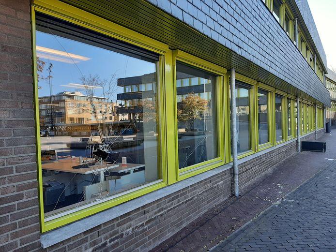 Vier ramen van de zijvleugel van het stadhuis in Doetinchem zijn ingegooid.