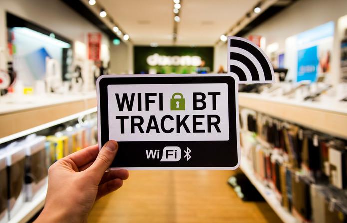 Een waarschuwingsbordje voor de wifi-tracker in een Dixons-filiaal. In de 160 winkels van Dixons, Mycom en iCentre komen deze bordjes te hangen met de mededeling dat de klanten gevolgd worden via de zogeheten wifi-tracking. Zo meet de winkel onder meer hoeveel klanten er binnenkomen en hoe lang ze er blijven en welke route ze lopen.