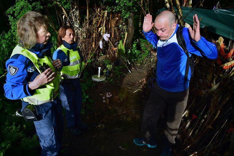 Handhavers komen af en toe controleren of Mark en Dianne niet te veel rotzooi maken in het bos. Beeld Marcel van den Bergh / de Volkskrant