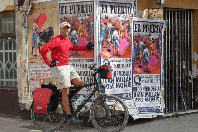 Alex Mutsaars op zijn fiets, in zijn boek 'Watertrappen' vertelt hij onder andere hoe hij met een waterfiets van Athene naar Amsterdam voer.