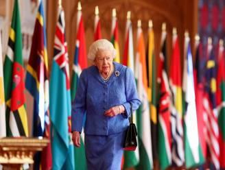 """Queen draagt broche van haar huwelijksreis als eerbetoon aan zieke echtgenoot prins Philip: """"Haar gedachten zijn bij hem"""""""