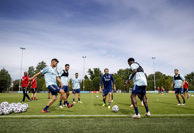 Onder toeziend oog van de nieuwe assistent van Ten Hag, Winston Bogarde (links), traint Ajax op De Toekomst voor het nieuwe seizoen.