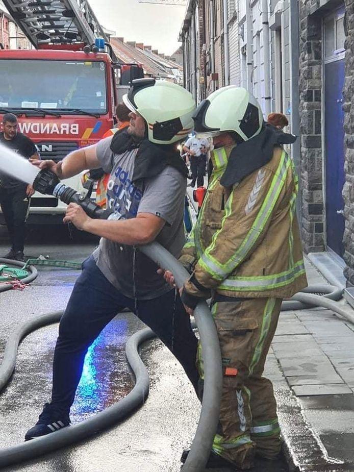 Op foto's die buurtbewoners maakten, is te zien hoe brandweermannen in burger te hulp schoten bij de brand in de Buizemontstraat in Geraardsbergen.