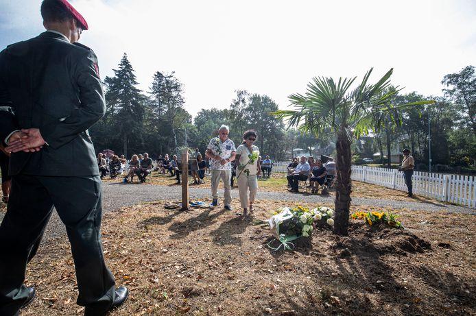 Inwoners van de gemeente Ede met wortels in Nederlands-Indië leggen bloemen bij het tijdelijke monument.
