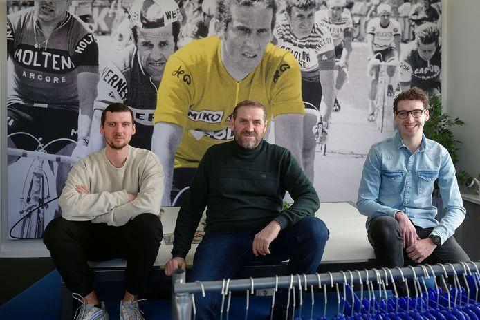 Michael (l) en Melvin (r) Wagtmans namen Rogelli in 2018 over van hun vader Marijn (midden). Hun opa Rini Wagtmans (op de foto op de achtergrond) legde het fundament van het familiebedrijf.