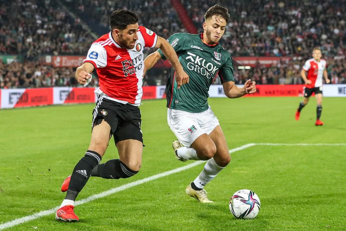NEC-linksback Souffian El Karouani in duel met Feyenoord-aanvaller Alireza Jahanbakhsh.
