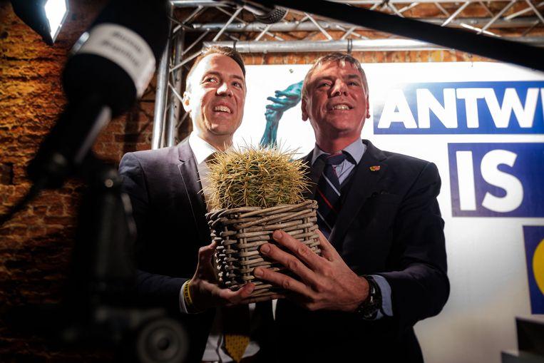 """Sam van Rooy krijgt symbolisch een cactus van Filip Dewinter. """"Zodat je niet kunt worden doodgeknuffeld door andere partijen."""""""