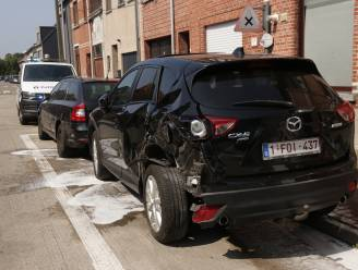 Tractor beschadigt drie geparkeerde wagens in Gaversstraat