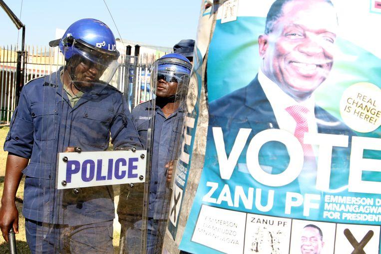 Zimbabwaanse politie bij een demonstratie van de Movement For Democratic Change (MDC) in Harare, Zimbabwe. Beeld EPA