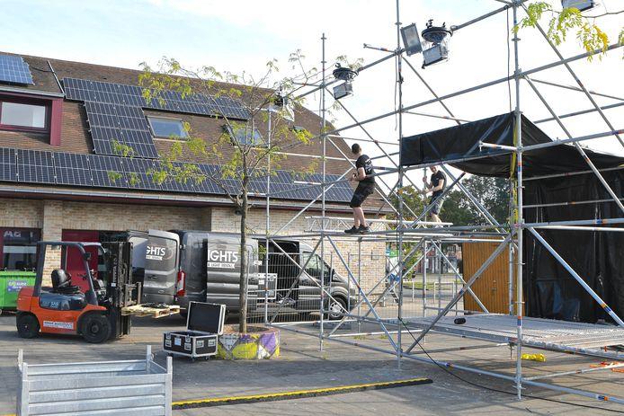 Arton Verhaeghe van jeugdhuis De Tunne is samen met een medewerker volop bezig met de opbouw van de Tunnefeesten.