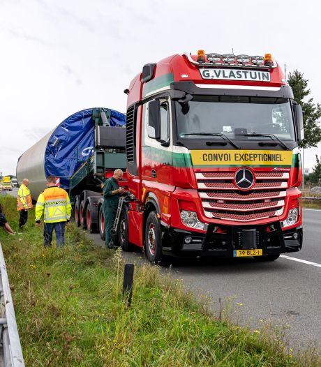 Vrachtwagen met een deel windmolen als vracht krijgt klapband op A2 bij Rosmalen