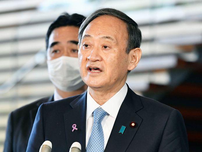 De Japanse premier Yoshihide Suga spreekt de media toe na zijn telefoongesprek met Joe Biden op 12 november vorig jaar.