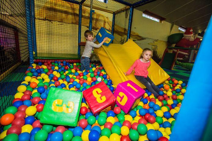 Lauren (5) haar broertje Sven (3) Hamburg vermaken zich in de ballenbak van 't GanzeNest.