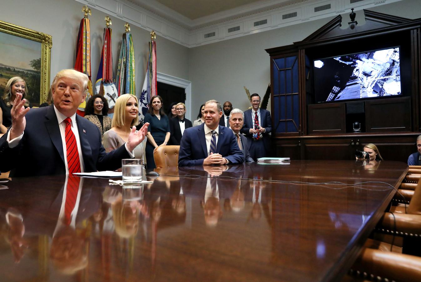 Trump slaat zijn handen ten hemel, alsof hij wil zeggen: 'Weet ik veel'.
