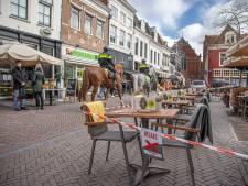 Binnenstad Zwolle staat uitnodigend vol met lege terrassen, maar: 'U mag hier niet zitten'