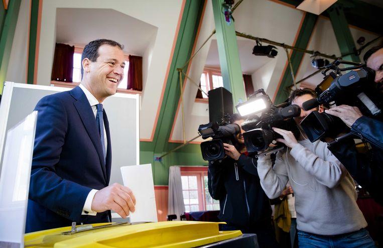 Lijsttrekker van de PvdA, Lodewijk Asscher, ging deze ochtend al lachend stemmen, maar heeft nu veel minder reden om blij te zijn. Zijn partij doet het momenteel rotslecht.