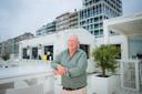 """Philip Averein in zijn strandbar, één van de drie beach bars die toegelaten zijn in Nieuwpoort: """"De vorige burgemeester moest er niet van weten. Te veel lawaai vond hij. Maar uiteindelijk heb ik hem toch kunnen overtuigen."""""""