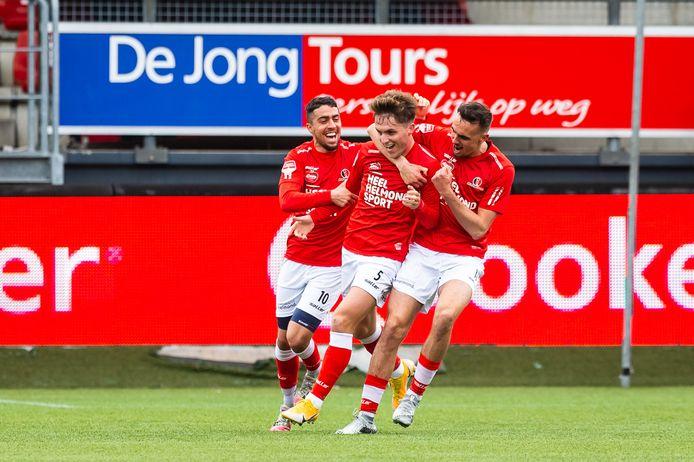 Lance Duijvestijn (r) viert de 0-1 van Dean van der Sluijs tegen Excelsior. Deze week wordt meer duidelijk over zijn toekomst.