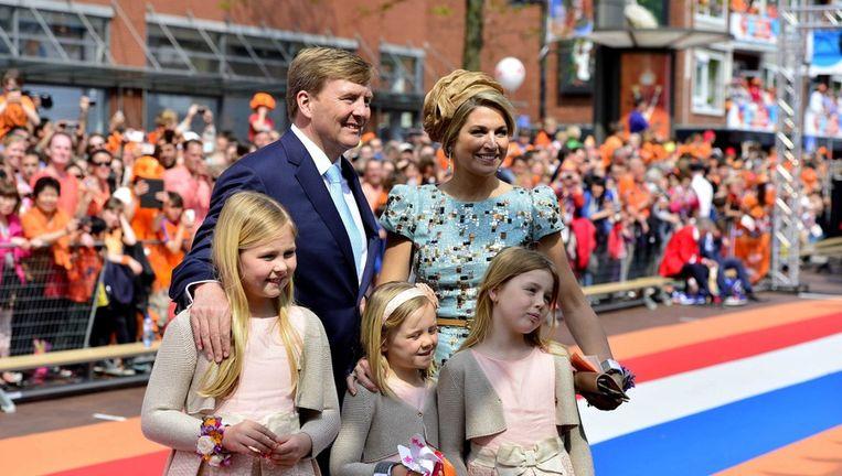 Koning Willem-Alexander, Máxima en de drie prinsesjes tijdens hun bezoek aan Amstelveen. Beeld epa