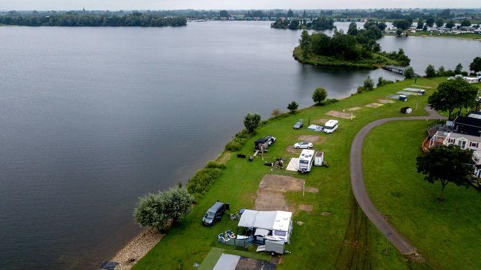 Vakantiegangers die op het lager gelegen gedeelte van camping Het  Groene Eiland staan moeten evacueren. In totaal gaat het om honderd plekken.