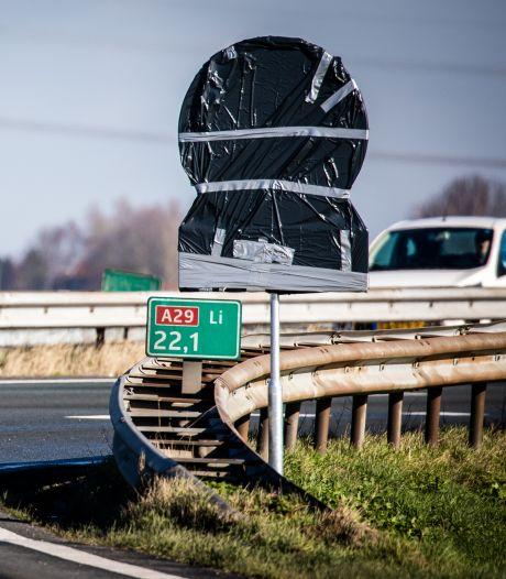 Nieuwe snelheidsborden hangen al ingepakt klaar langs A29