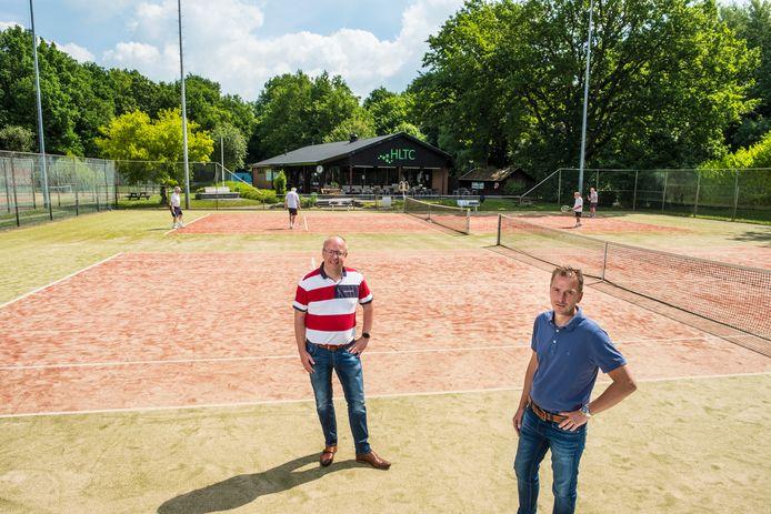 Gerald Kuipers (links) en Edwin Boschman op een van de banen die deze zomer wordt vervangen.