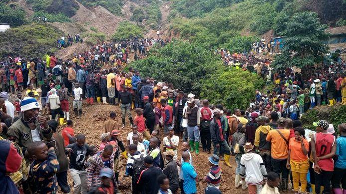 Na de ramp zakte een grote menigte af naar de plek van de ingestorte goudmijn.