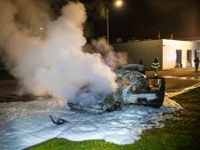 Heldhaftige man duwt brandende auto weg onder tankstation langs A28 bij Wezep