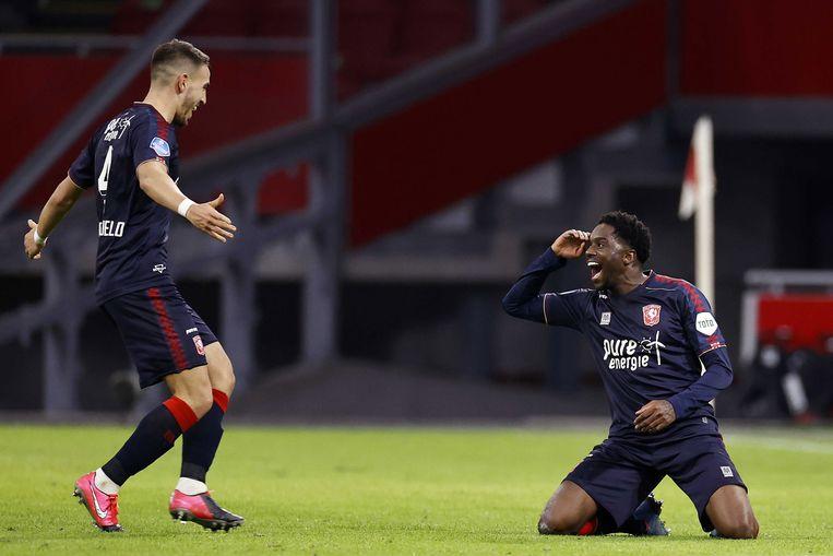 Twente-aanvaller Queensy Menig viert zijn tweede en beslissende treffer tegen Ajax met Julio Pleguezuelo (l).  Beeld EPA