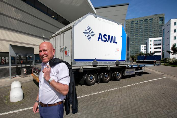 Peter Habraken van ASML bij een container waarin delen van chipmachines worden vervoerd.