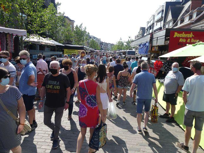 Veel volk op de Markt van Deinze.