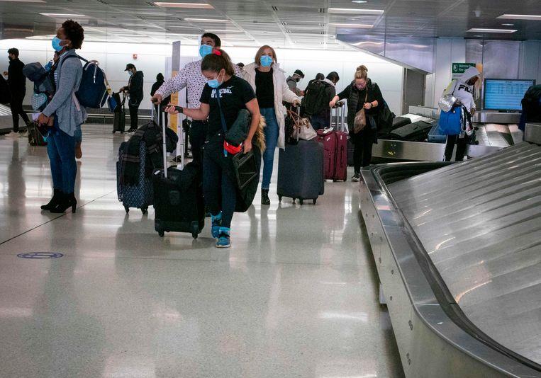 Reizigers op de internationale luchthaven Newark in New Jersey.  Beeld AFP