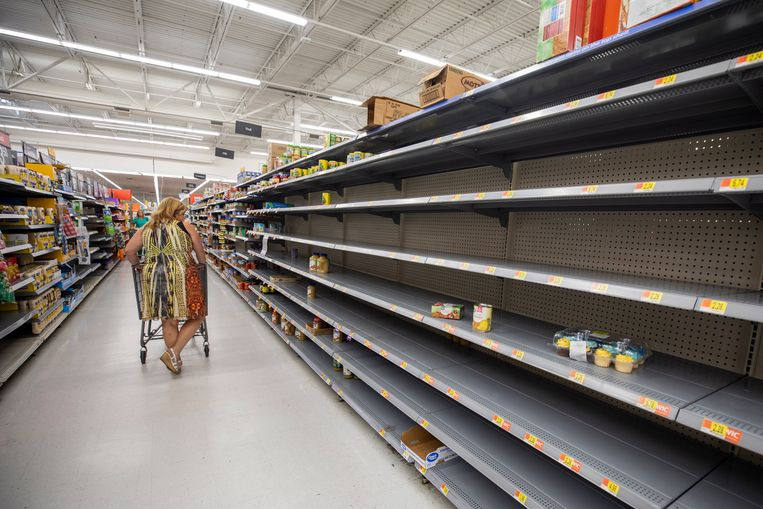 Mensen zijn aan het hamsteren geslagen in Florida als voorbereiding op de orkaan. Beeld EPA