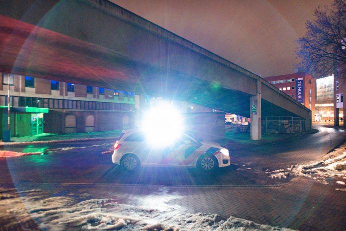Politie zet zoeklicht in bij handhaving van de avondklok.