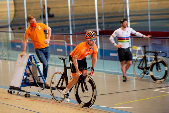 Baanwielrenners Theo Bos, Roy van den Berg en Nils van 't Hoenderdal strijden op 28 januari tegen elkaar om één plek in de teamsprint van het olympische team. De startpositie. Nils van 't Hoenderdal op de foto.
