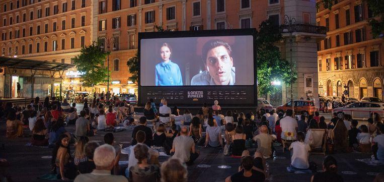 Mensen kijken naar een film op het Piazza San Cosimato. Beeld Giulio Piscitelli