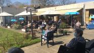 Rusthuisbewoners Evergem genieten op veilige afstand van liedjes uit de oude doos