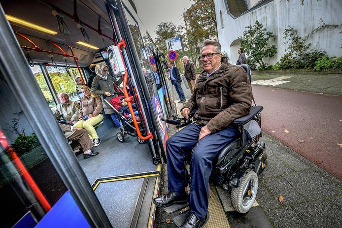 Een rolstoelgebruiker komt met zijn elektrische rolstoel de bus niet in.