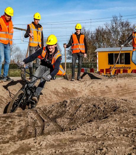 Marin en zijn vrienden leggen hun eigen pumptrack aan in Deventer: 'Ik ben al twee keer op mijn muil gegaan'