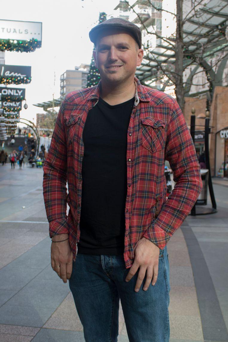 Luke (36), overhemd van Scotch & Soda Beeld Sarah Amrani